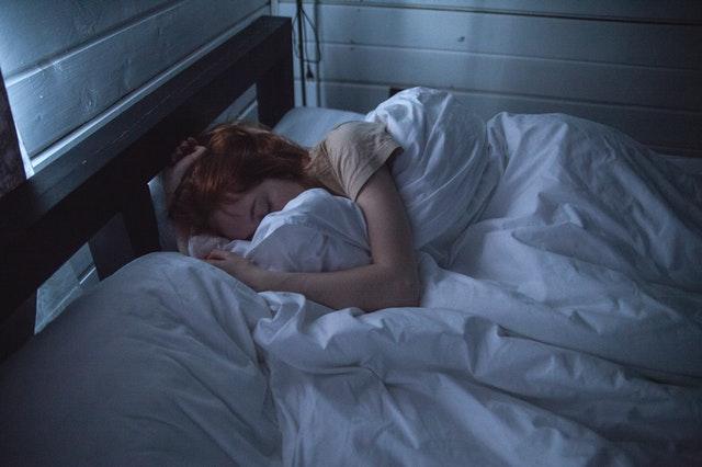 lit dans la chambre